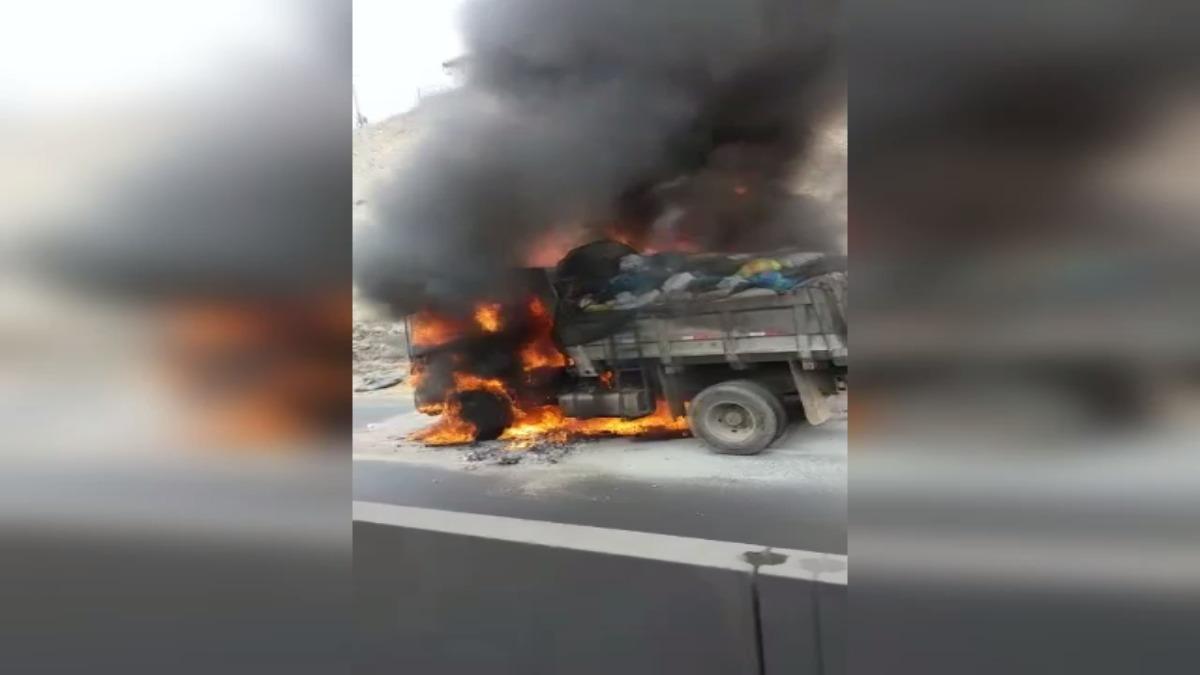 Conductores indicaron que la policía autorizó utilizar el carril con sentido norte a sur para descongestionar la zona.