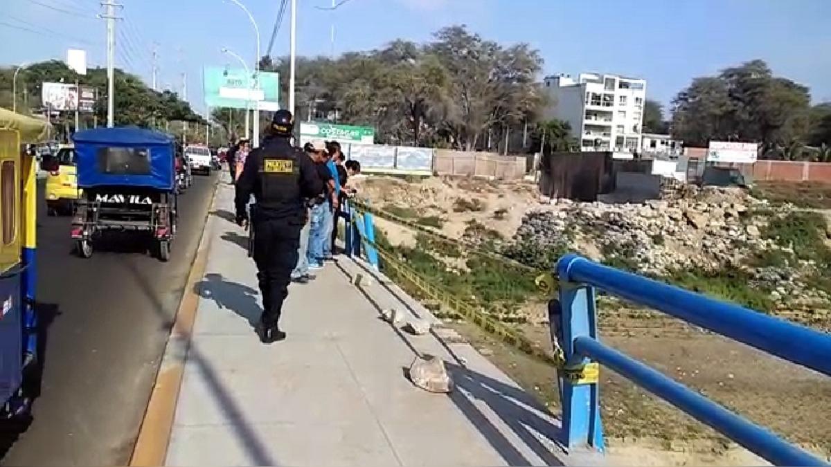 La zona del accidente permanece con resguardo policial, mientras el vehículo sigue en el río.