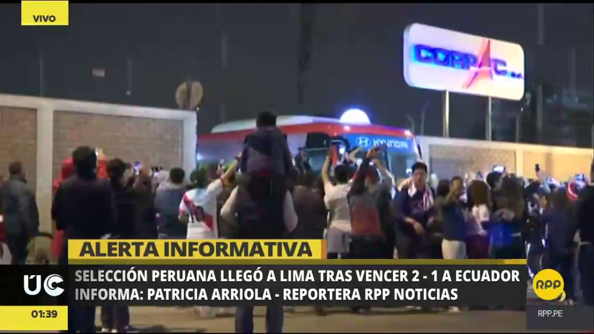 Decensas de hinchas se congregaron a las afueras del aeropuerto para esperar la salida del bus de la selección.