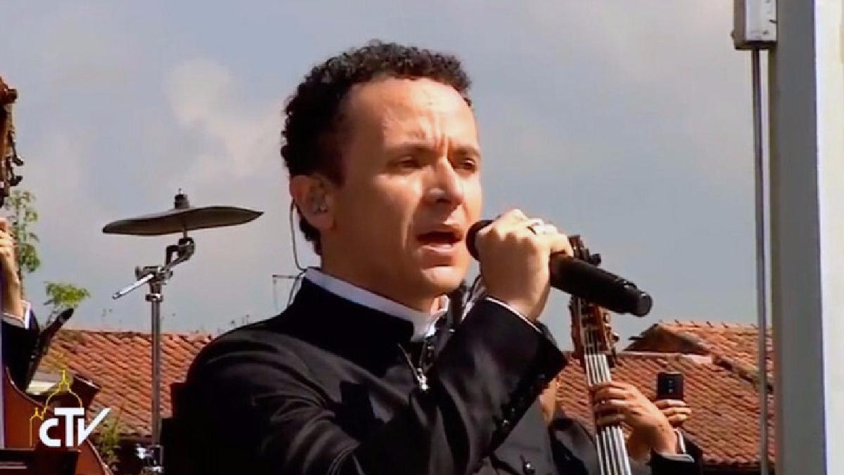Fonseca le canta al Papa Francisco en Colombia.
