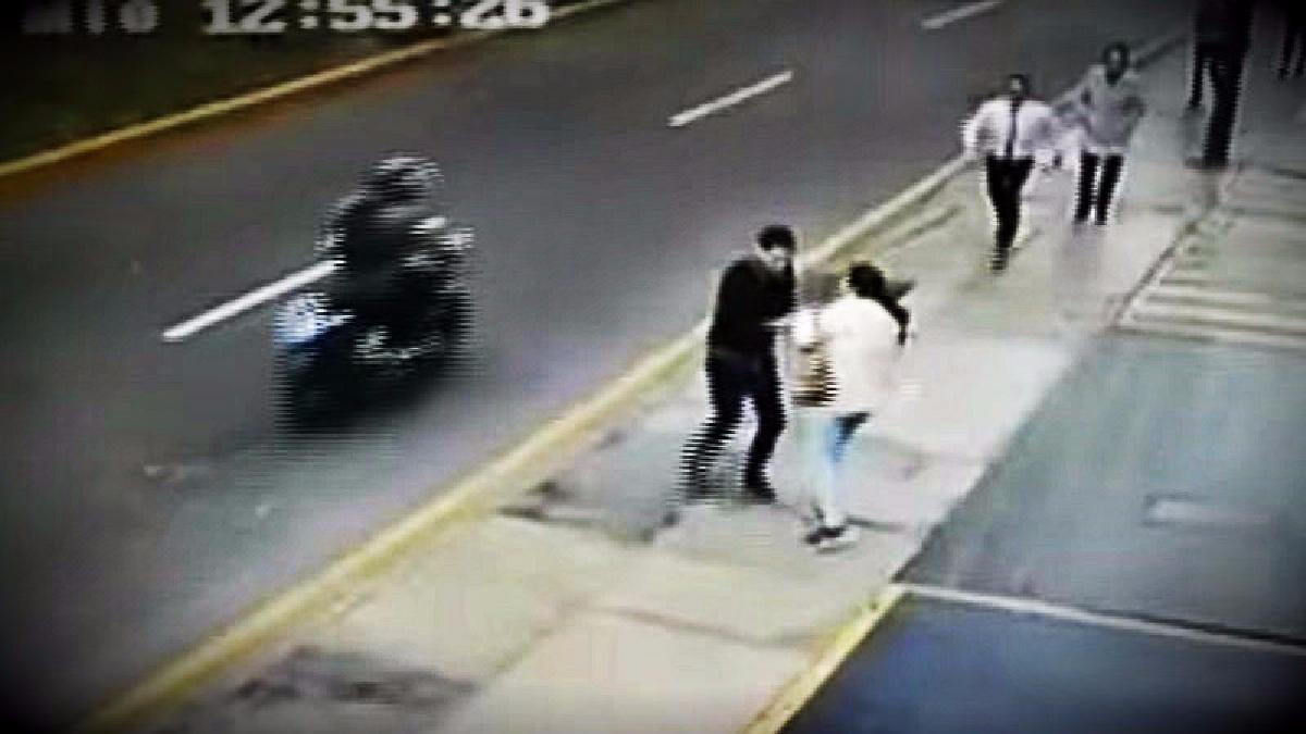 La modalidad usada por los asaltantes fue la de robo al paso utilizando una motocicleta para escapar del lugar.