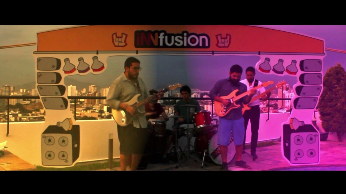 'Tarde Playera' fue el primer video clip de la de la banda que se estrenó en febrero de 2017.
