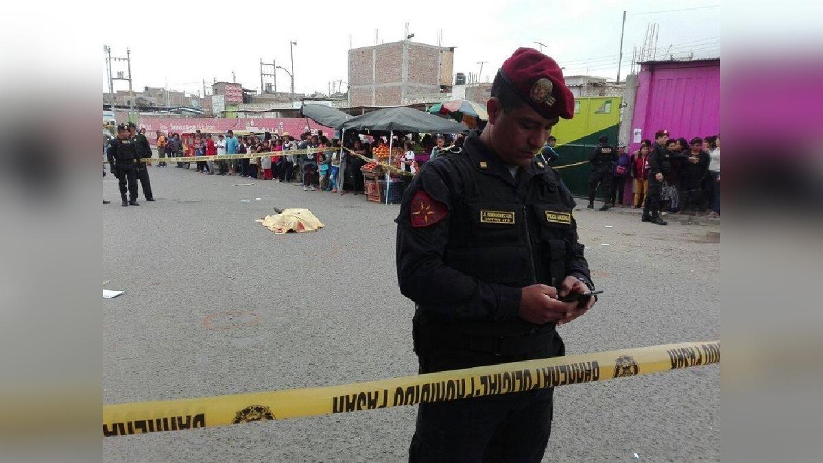 El cuerpo de Esgar Asto Castillo quedó tendido a unos metros del vehículo que conducía.