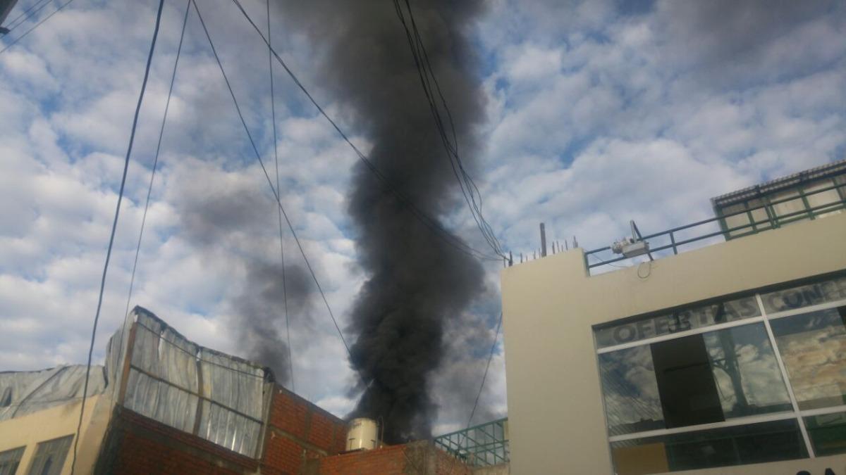 Incendio se reavivó esta mañana en dos almacenes.