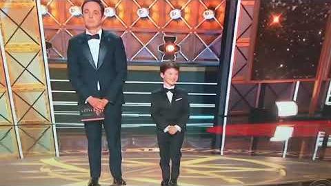 Jim Parsons y Iain Armitage en los Premios Emmy