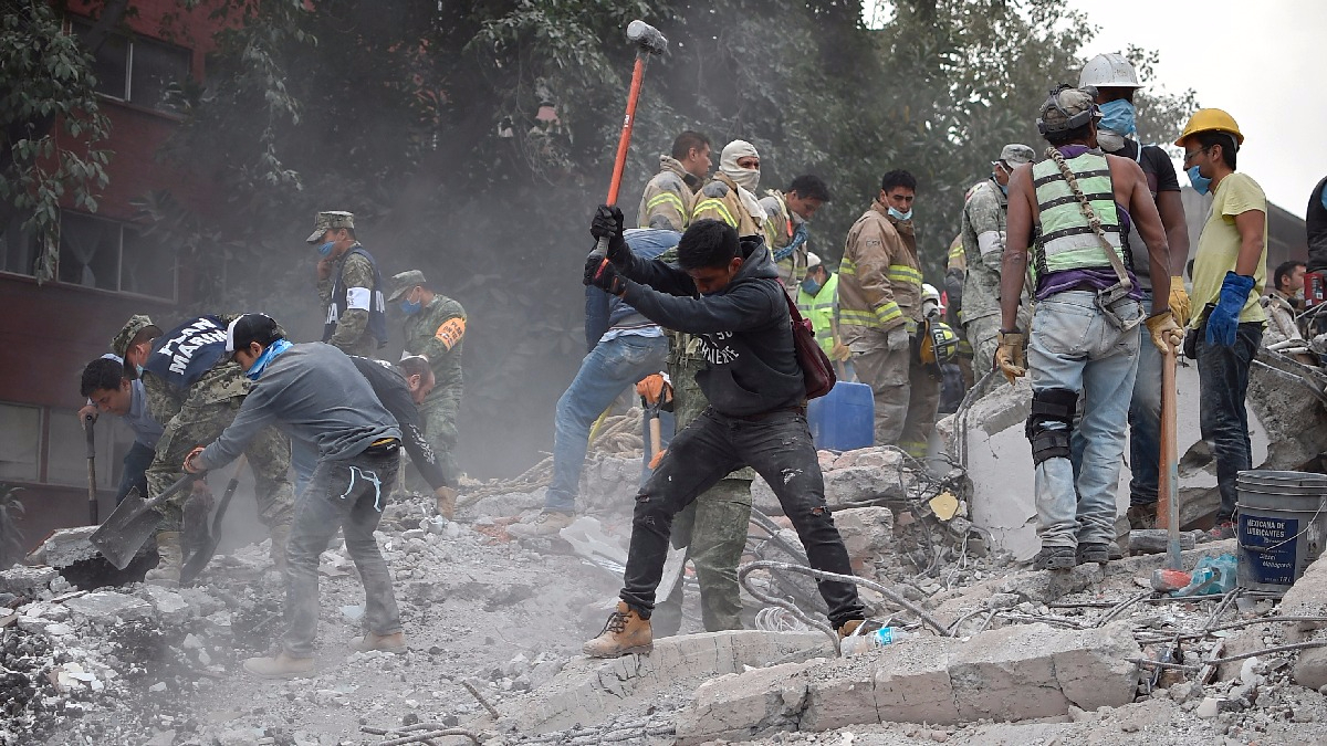 Los trabajos de rescate siguen más de un día luego del terremoto en México.