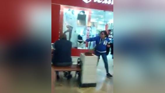 Mujer agrede a niño con una correa en pleno centro comercial.