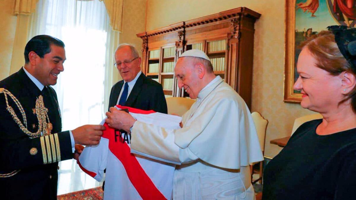 Kuczynski le entregó la camiseta de la Selección Peruana al religioso argentino. Ambos países jugarán un duelo clave por las Eliminatorias Sudamericanas el próximo 5 de octubre en Buenos Aires.