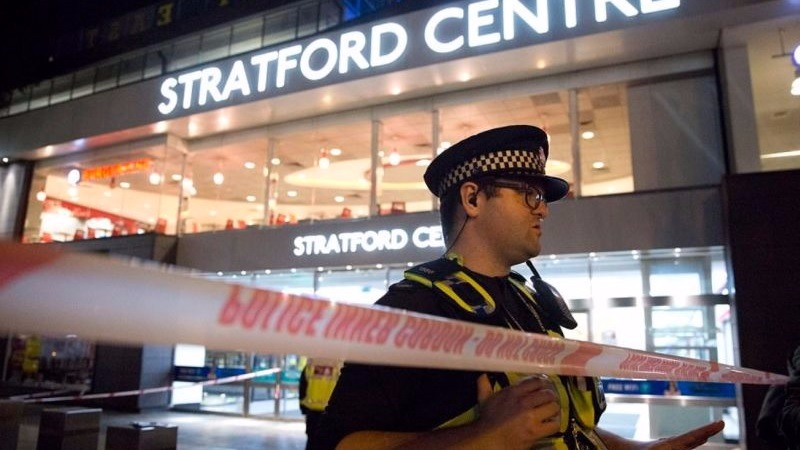 Las autoridades atendieron a los heridos y colocaron un cerco de seguridad en el centro comercial.