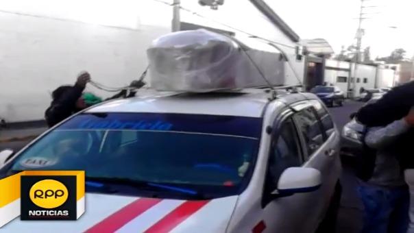 Familiares de efectivo asesinado durante emboscada denunciaron que fue una falta de respeto que los restos sean llevados en el techo de un taxi.