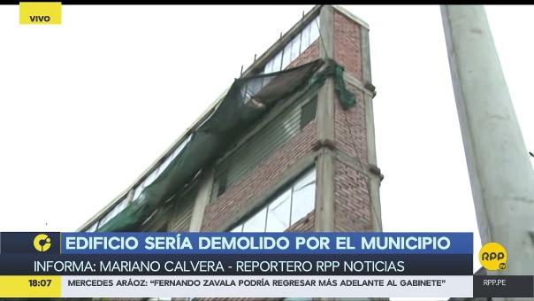 Este lunes, la Municipalidad de Lima llegó al lugar para dejar una notificación que pide la demolición de los cuatro pisos superiores del edificio.