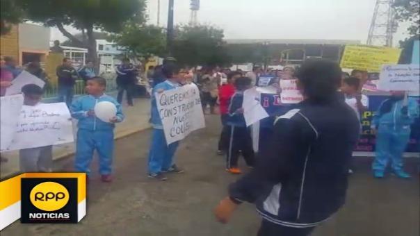 Padres de familia y docentes se sumaron a movilización exigiendo construcción de un nuevo local.