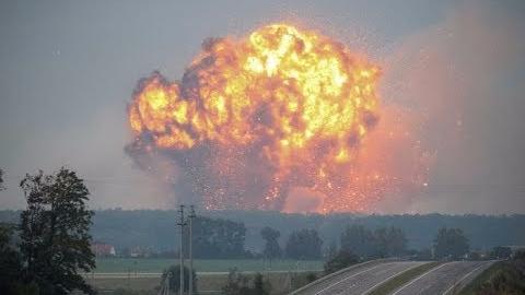 En el video se observan las grandes explosiones ponen en peligro la vida de los que se encuentren cerca.