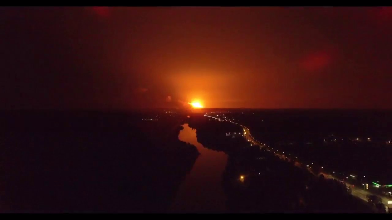Así se aprecia a lo lejos el gran incendio que ha provocado y que aún no es posible apagar por completo.