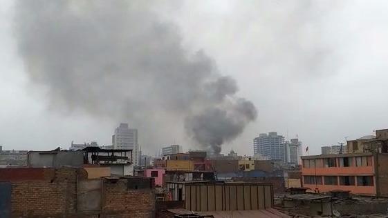 Bomberos controlaron incendio en el centro de Lima.