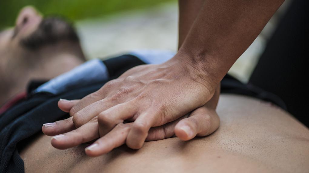 Si el paciente está inconsciente, tumbarlo al piso sobre algo duro y darle primeros auxilios, que es el masaje cardíaco y respiración boca a boca.