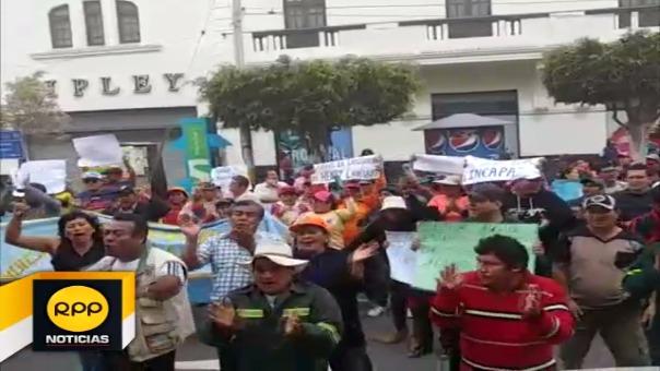 Con banderolas y pancartas en mano, 800 trabajadores participaron de la marcha por las calles del centro de la ciudad.
