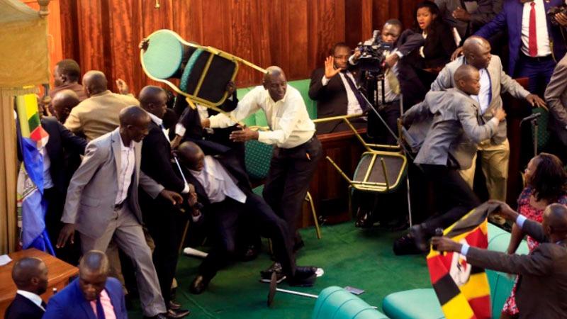 Producto del enfrentamiento dos parlamentarias se desmayaron y 25 de los opositores a la iniciativa fueron expulsados de la sesión.