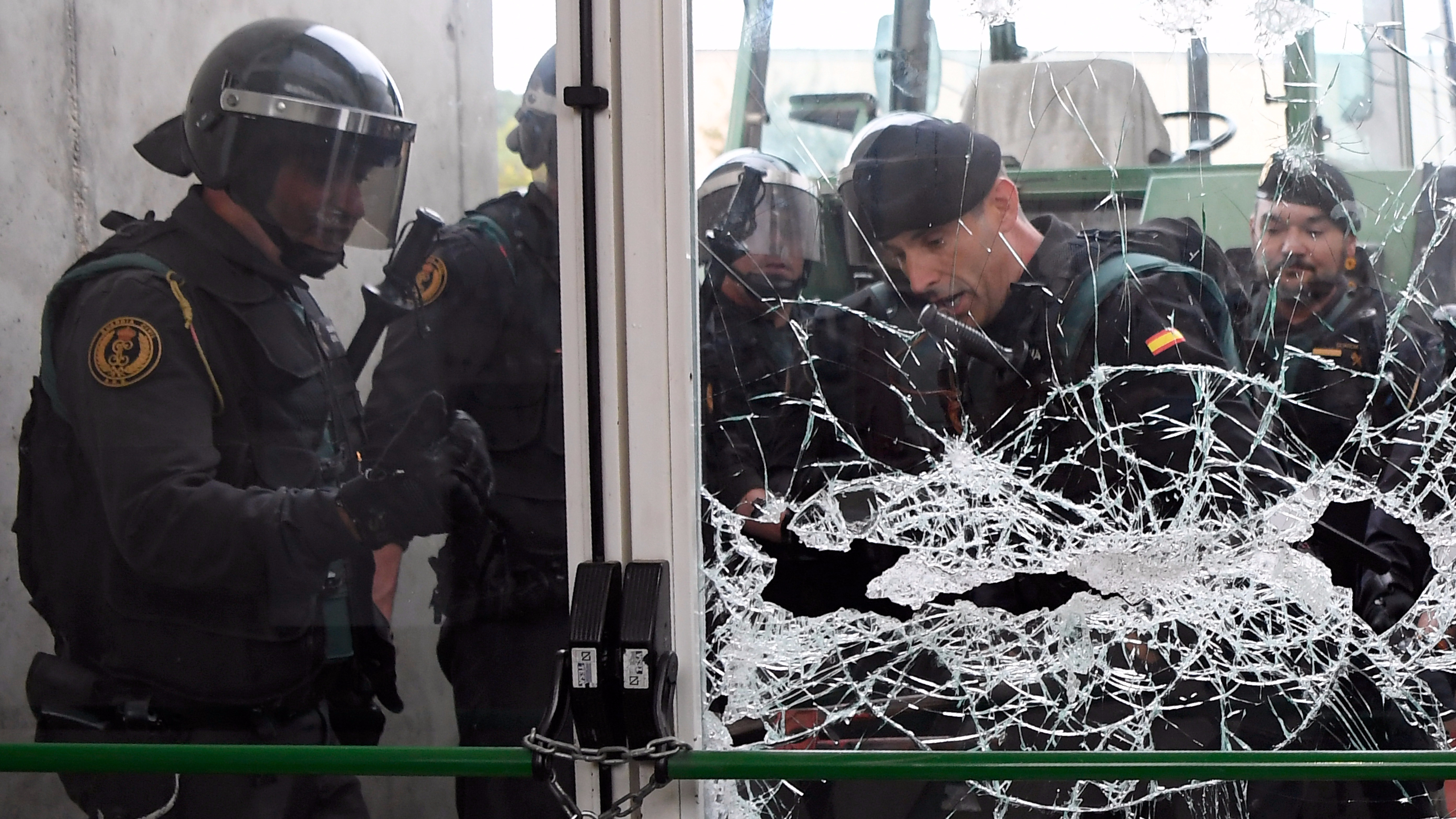 Más de un centenar de personas que estaban concentradas en el exterior del pabellón intentaron impedir la entrada de los agentes en el colegio.