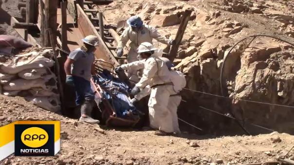 Los trabajadores continúan realizando las actividades de recuperación de un cadáver que aún permanece sepultado.