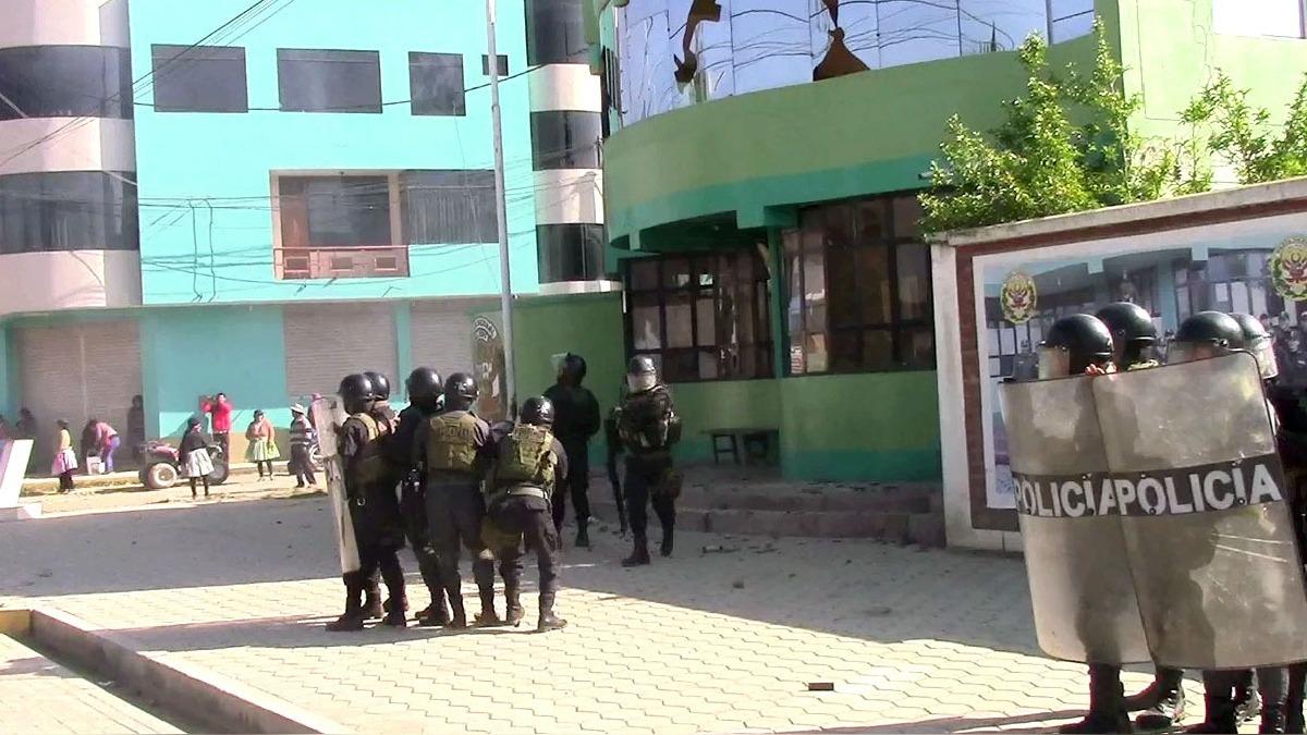 La población enardecida lanzo piedras y rompió las ventadas de la comisaría.
