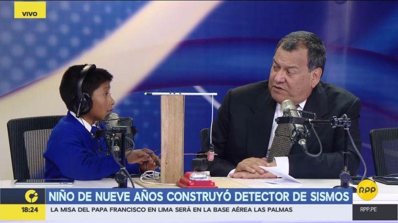El menor llegó desde Cusco para visitar la sede del Centro de Operaciones de Emergencia Nacional (COEN) junto al ministro de Defensa.