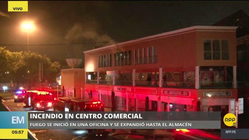 El fuego empezó en una oficina y se propagó rápidamente a un almacén de papeles.