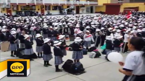 Las estudiantes portaron camisetas, banderas peruanas y distintivos patrios y entonaron barras animando a ganar a la selección peruana.