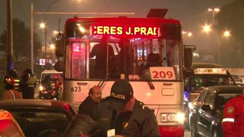 El bus de la línea 209 chocó contra la parte posterior del automóvil. Tres personas resultaron heridas.
