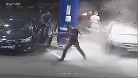 El trabajador de la gasolinera le vaceó encima el extinguidor de fuego.