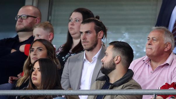 Gareth Bale vio el partido desde la tribuna.