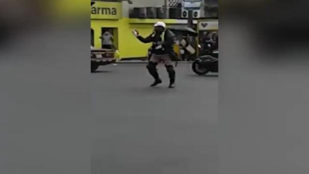 Video muestra a policía de transito bailando al ritmo de su silbato.