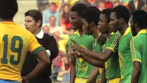 Zaire protagonizó 'bloopers' en Alemania 1974. Uno de ellos fue cuando uno de sus defensores pateó un tiro libre que le correspondía a Brasil.