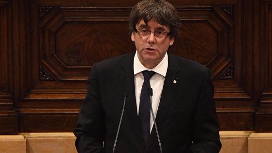 El presidente catalán Carles Puigdemont declara la independencia en el Parlamento, pero la deja en suspenso