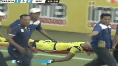 Así fue la jugada que terminó en el fallecimiento del portero en Indonesia.