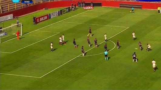 Roberto Siucho abrió el marcador a favor de Universitario en el Estadio Monumental.