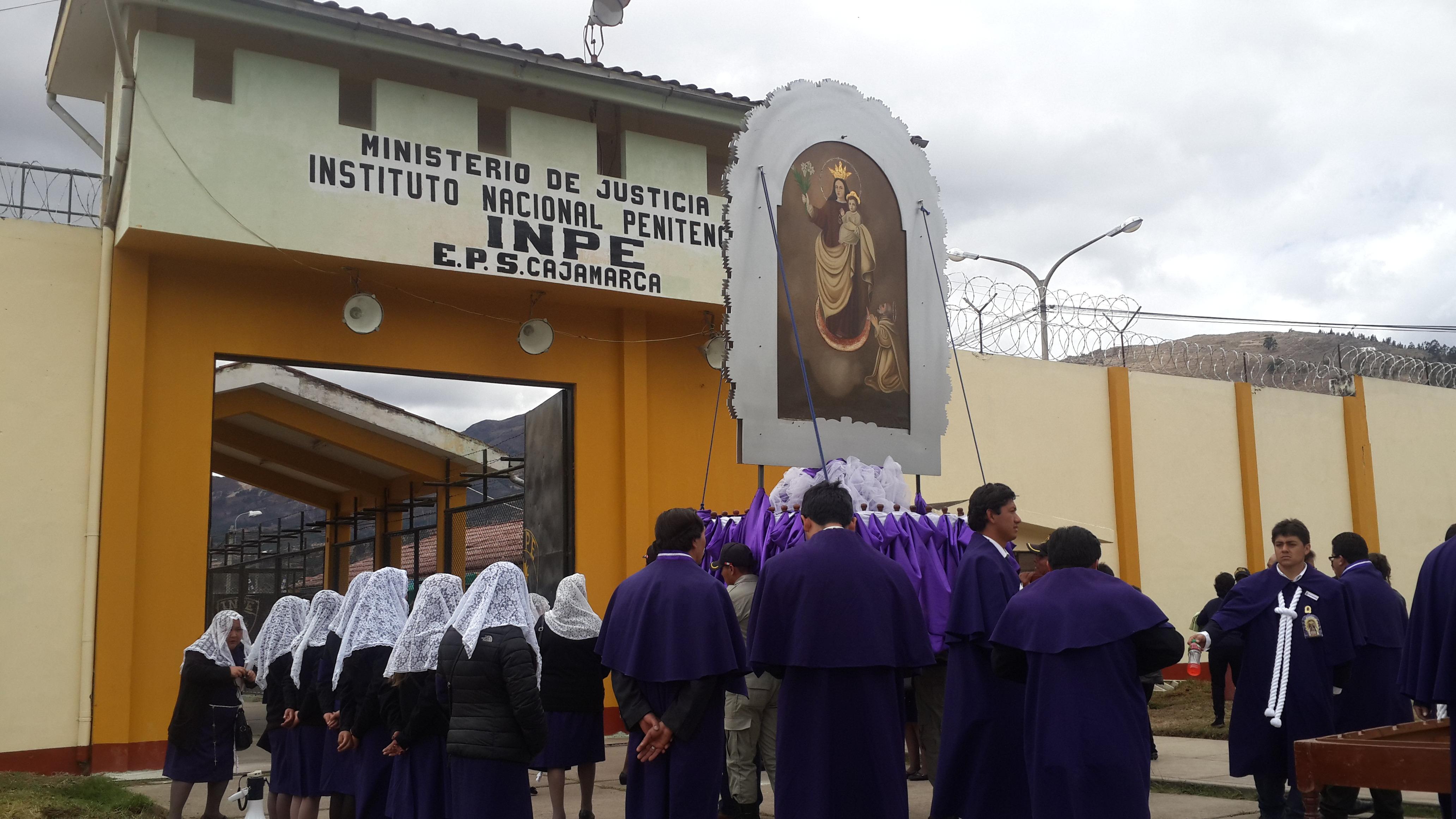 La sagrada imágen del Señor de los Milagros fue recibida con fe y devoción en el Penal de Huacariz