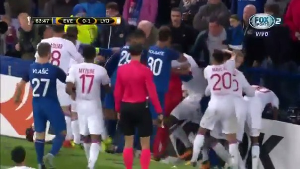 El incidente ocurrió durante el segundo tiempo del partido por la Europa League.
