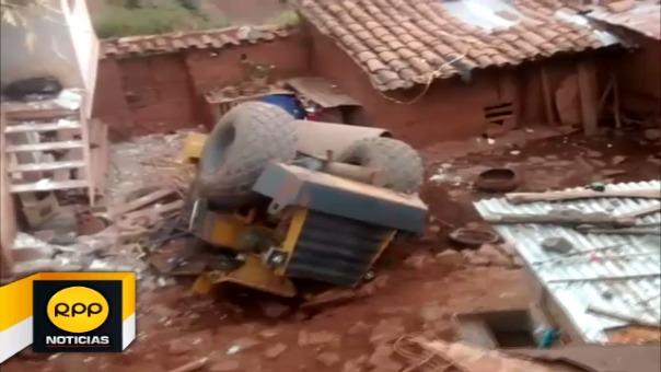 Vehículo terminó en patio de vivienda ubicada en el distrito de Santiago luego de precipitarse por una curva peligrosa, afortunadamente la familia no se encontraba en el lugar.