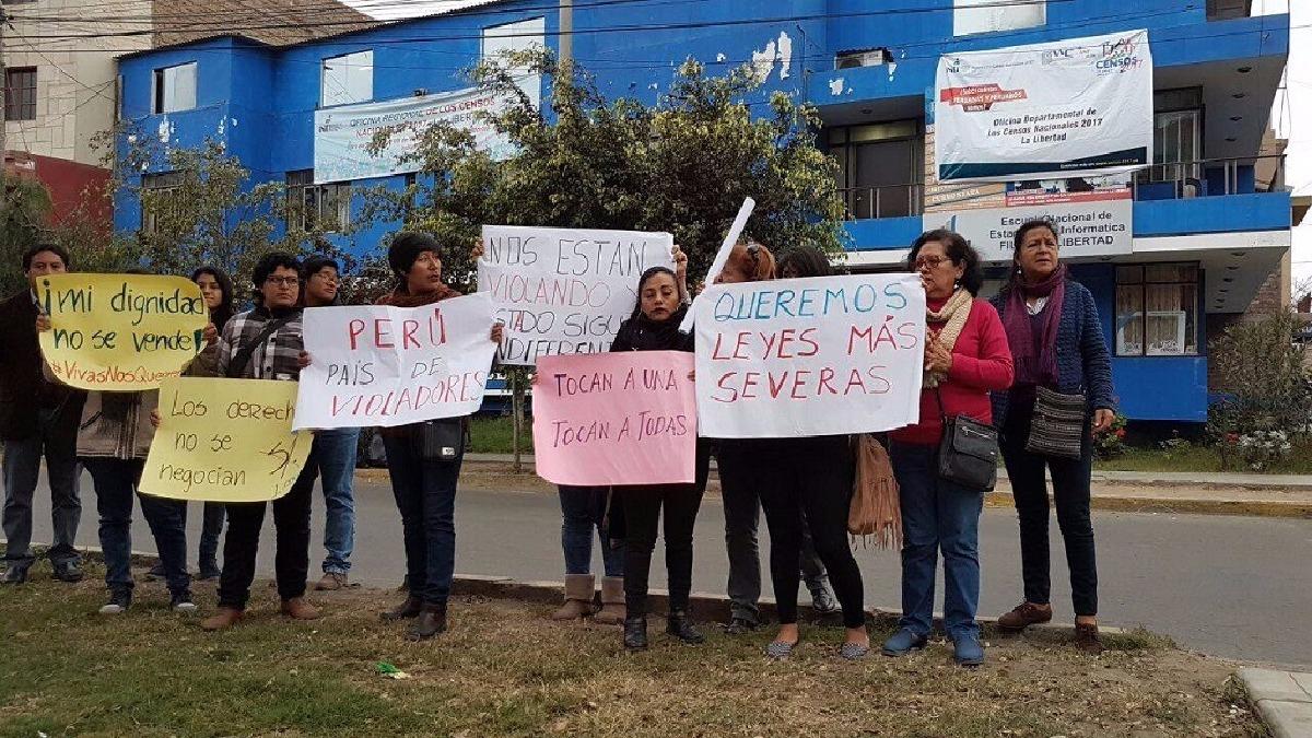 Feministas y ciudadanos expresaron su indignación por la violación de una censadora en la ciudad de Lima.