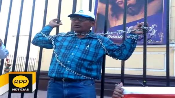 Un trabajador optó por encadenarse en las rejas de la Iglesia Santa María Catedral de Chiclayo