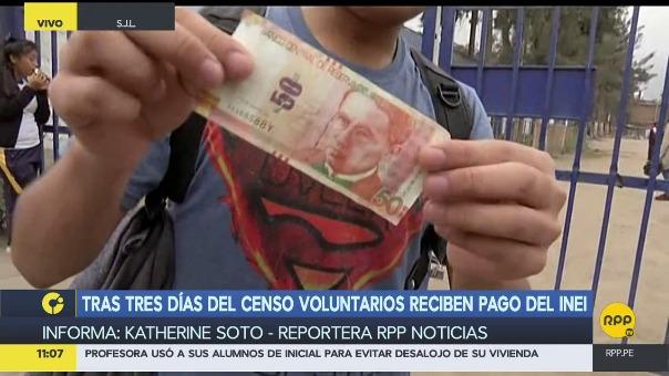 Un joven muestra el billete de S/ 50 que le dieron por su labor en el censo.