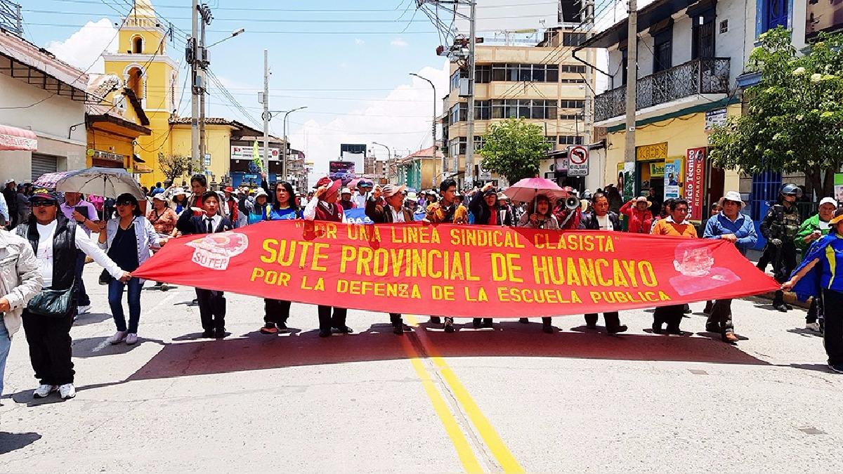 Más de cinco mil personas, entre docentes, alumnos y padres de familia participaron en la movilización.