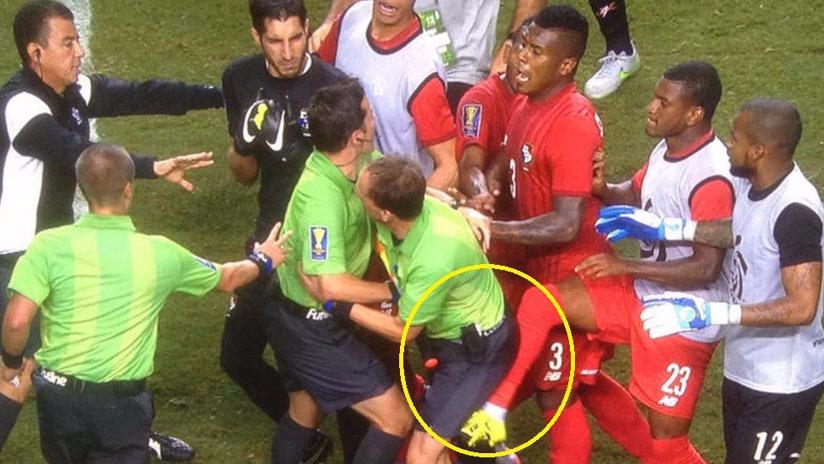Los jugadores de Panamá arremetieron contra Mark Geiger en la Copa de Oro en 2015.