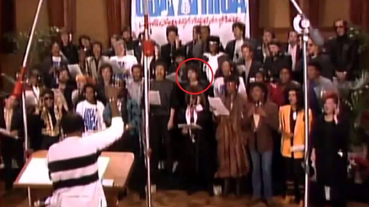 En el video oficial, a Dylan solo se ve junto al coro en tomas panorámicas.