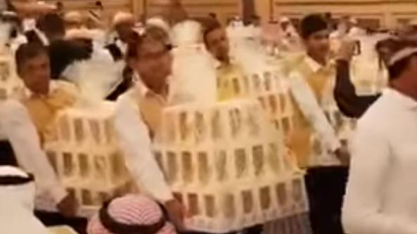 Las cajas fueron llevadas a los invitados por los camareros de la boda.