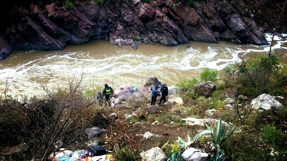 El accidente dejó al menos 9 muertos y 19 heridos. Se reportaron personas desaparecidas debido a que el bus se hundió en el río.