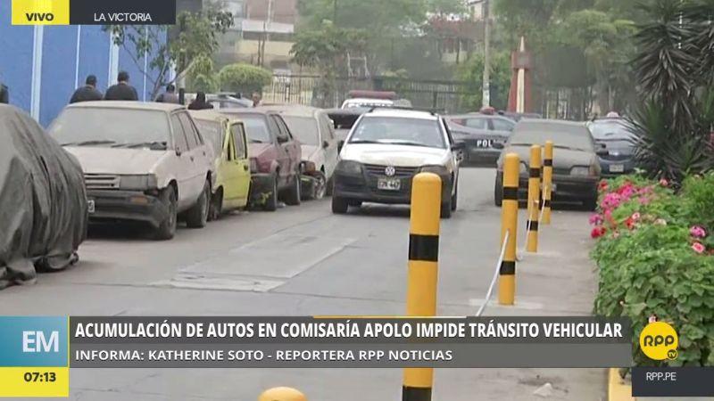 Los coches abandonados están aparcados a un lado de la vía, restringiendo el tránsito.