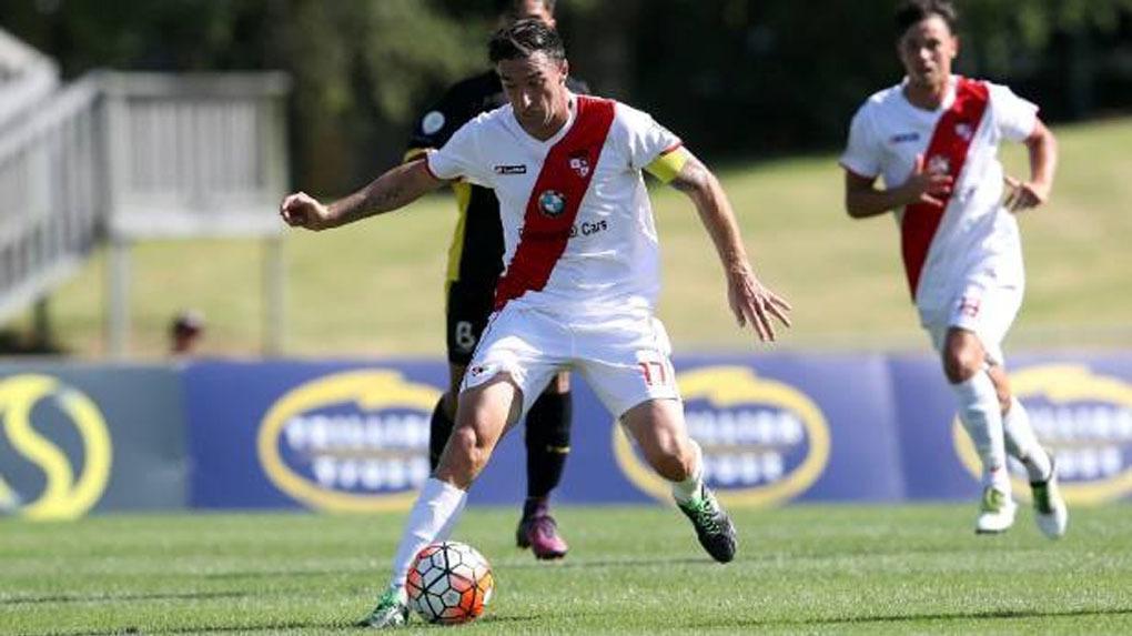El Waitakere United juega con una camiseta idéntica a la de Perú.