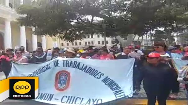 Servidores municipales nuevamente marcharon por las calles de la ciudad y en el parque principal.